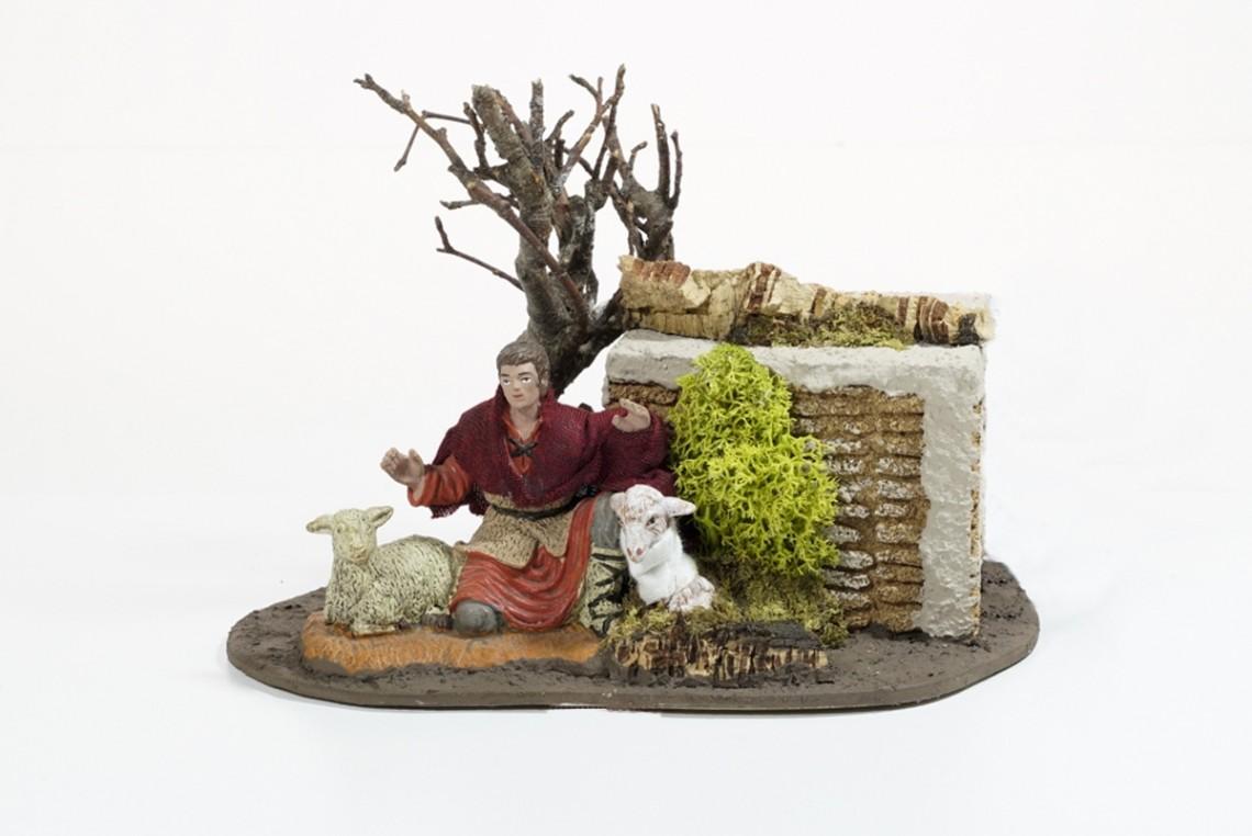 Pastore accarezza pecora